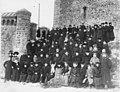 Члены Общества телесного воспитания Богатырь, участники экскурсии на Иматру у стен старого замка. 1909.jpg