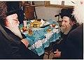 הרב משה יהושע הגר בביקור בביתו של הרב שטיינמן.jpg