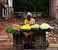 சாலையோரம் பூ கட்டி விற்கும் மூதாட்டி.jpg