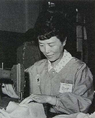 First Lady of South Korea - Image: 陆英修参加红十字缝纫志愿者活动