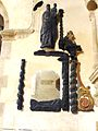 004 Saint-Thégonnec Restes de poudres et statues calcinées après l'incendie.JPG