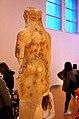 02 2020 Grecia photo Paolo Villa FO190080 bis (Museo archeologico di Atene) Statuetta di Kore Arte Arcaica Greca, proveniente dall'Acropoli (vista da dietro) BE 15 2009 (Acropolis Museum 676 257) circa 500-490 a.C. con gimp.jpg