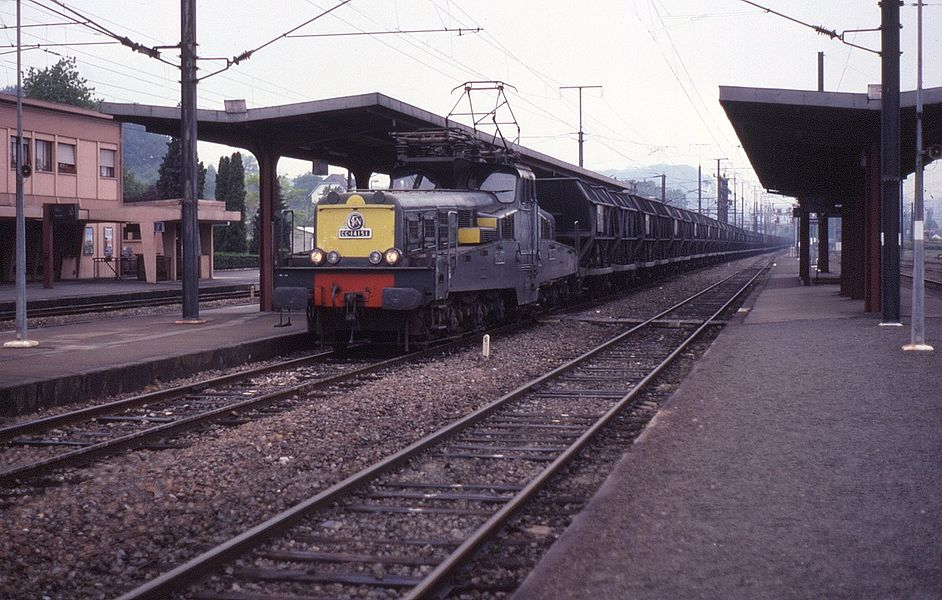 1950s built centre cabbed locos found generally in Eastern France throughout their operating life. These tended to operate heavy freights for the coal and steel industries in the area. On 6 June 1991, CC14151 is seen passing through Béning on a freight.