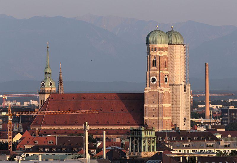 File:2014-06-06 Frauenkirche mit Alpen, vom Olympiaberg 1601.jpg