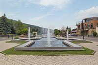 2016 Mccheta, Plac z fontanną (03).jpg