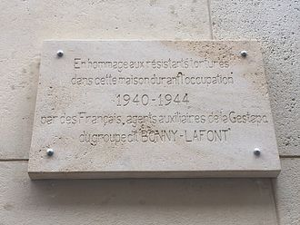 Carlingue - The current (July 2016) memorial plaque at 93, rue Lauriston in Paris.
