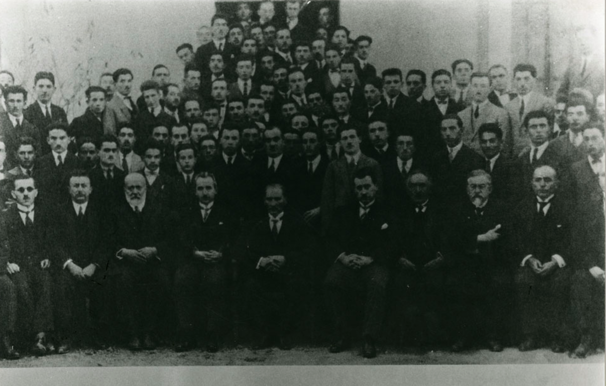 5 Kasım 1925 Atatürk Ankara Adliye Hukuk Mektebi'nin açılış töreninde öğretim üyeleri ve öğrencilerle. Bu fotoğrafı daha sonra kendisi de Hukuk Mektebi'nde okuyan ve ardından Atatürk'ün özel fotoğrafçılığını yapan Cemal Işıksel çekmiştir.