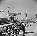 Aan de IJsselkade houdt een Canadese wachtpost vijandelijke snipers aan de overkant, Bestanddeelnr 900-2463.jpg