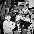 Aan de vooravond van Sainte Cathérine wordt in de ateliers van de modehuizen fee, Bestanddeelnr 254-0139.jpg