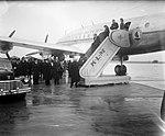 Aankomst van koningin wilhelmina en prinses juliana met een vliegtuig van de klm, Bestanddeelnr 934-6700.jpg