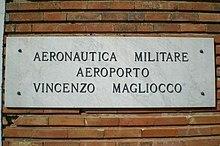 La vecchia insegna dell'aeroporto militare.