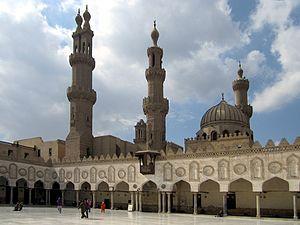 Foto einer Hypostyle-Galerie, einer Kuppel und drei Minaretten