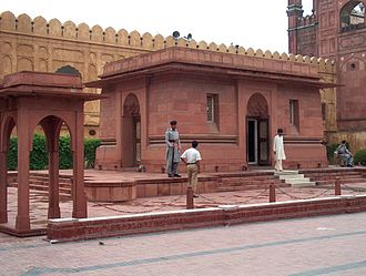 Muhammad Iqbal - The tomb of Muhammad Iqbal at the entrance of the Badshahi Mosque in Lahore
