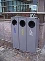 Antala Staška, odpadkové koše u vstupu do metra.jpg