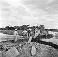 Arbeiders bij een sluis in de polder van Nickerie, Bestanddeelnr 252-5565.jpg
