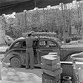Auto voor het pand van het taxibedrijf Kesher Transport in Tel Aviv dat combinat, Bestanddeelnr 255-1571.jpg