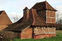 Backhaus mit Taubenschlag in Bouhans.jpg