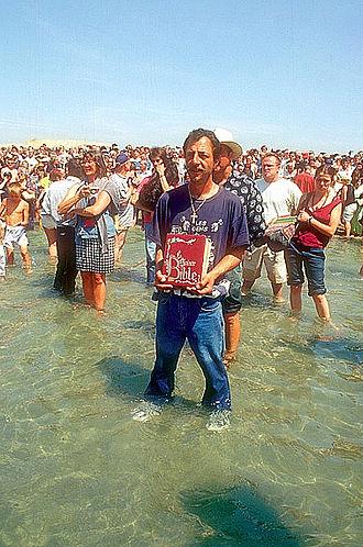 Romani people in France - Image: Bain rituel gitan aux Saintes Maries de la Mer