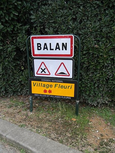 Entrée de la commune de Balan, dans l'Ain, avec deux trèfles décernés par le conseil national des villes et villages fleuris.