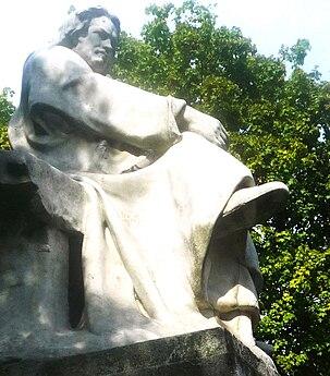 Steinstatue av en sittende mann