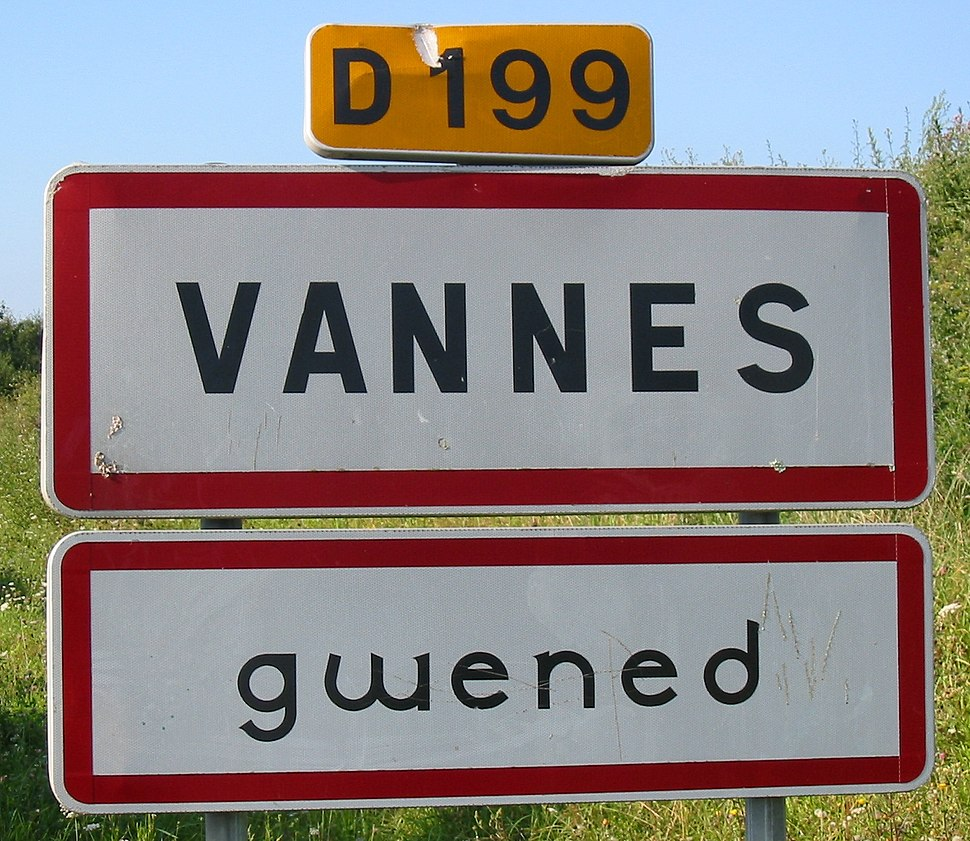 Bilingual sign Vannes Gwened