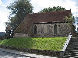 Die auf einer Anhöhe mitten im Ort gelegene Kirche von Bismarck aus Blickrichtung Norden von der B 104 her.