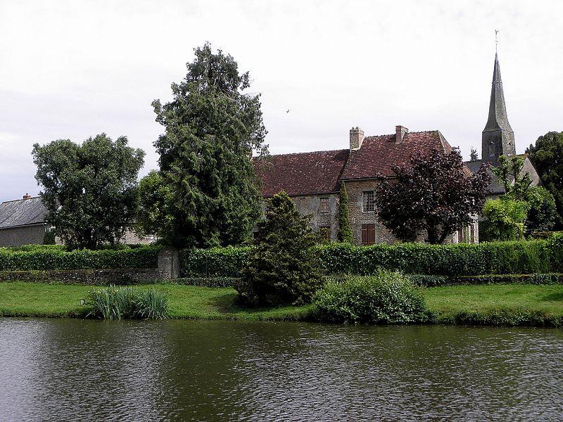 Plan d'eau et village de Boulay-les-Ifs (53).