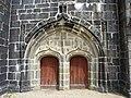 Brennilis 01 Eglise portail ouest.JPG