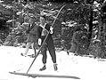Bronisław Czech smaruje narty przed zawodami w Zakopanem 1932.jpeg