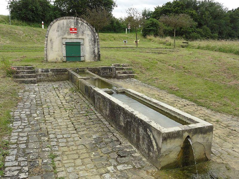 Buissoncourt (M-et-M) fontaine extérieur au lavoir