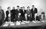 Bundesarchiv Bild 183-1990-0412-019, Berlin, Unterzeichnung der Koalitionsvereinbarungen.jpg