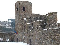 Burg Reuland Burghof.jpg
