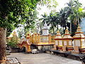 Các tháp mộ tại chùa Vĩnh Tràng.jpg