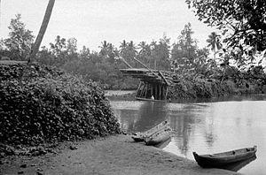 Mamuju Regency - Image: COLLECTIE TROPENMUSEUM De houten Kasiwah brug bij de hoofdplaats Mamudju in Mandar is door een overstroming (banjir) stuk geslagen Celebes T Mnr 10004447