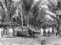 COLLECTIE TROPENMUSEUM Mannen bij een prauw op het strand van Waingapoe TMnr 10018478.jpg