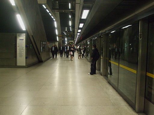 Canary Wharf tube stn westbound look east