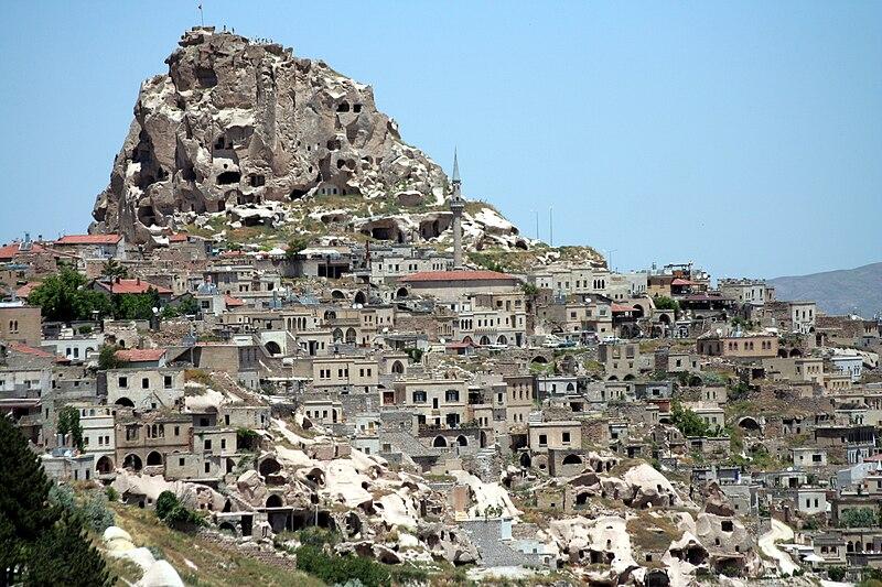 """Vista de Uçhisar e do seu """"castelo"""" (kale)"""