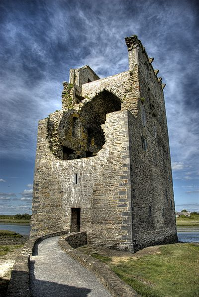 Carrigafoyle Castle, a Desmond Geraldine stronghold during the Second Desmond Rebellion, captured by the English in 1580 Carrigafoyle Castle Ireland.jpg
