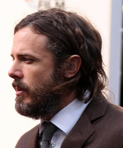 Casey Affleck on the Manchester by the Sea red carpet (30165304696) (cropped 2).jpg