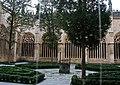 Catedral de Santa María de Segovia, jardín en el patio interior.jpg