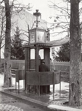 Charles Marville, Urinoir en fonte à 2 stalles avec écran, Chaussée de la Muette, ca. 1865.jpg