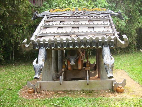 Nhà mồ pinh blâng của người Cơ Tu ở Quảng Nam được phục dựng tại Bảo tàng Dân tộc học.