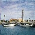 Collectie Nationaal Museum van Wereldculturen TM-20029664 Haven in Kralendijk met aan de overkant vermoedelijk het postkantoor Kralendijk Boy Lawson (Fotograaf).jpg