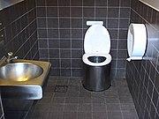 Vue d'un WC à compost, sur l'autoroute E6 en Suède