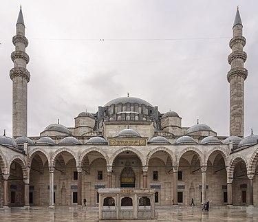 https://upload.wikimedia.org/wikipedia/commons/thumb/c/c8/Cour_mosquee_Suleymaniye_Istanbul.jpg/375px-Cour_mosquee_Suleymaniye_Istanbul.jpg