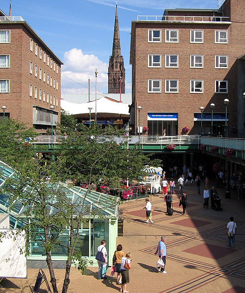 Datei:Coventry precinct and spire.jpg