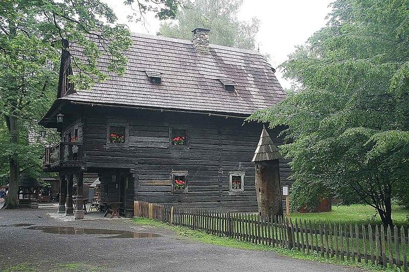 Soubor:Dřevěné valašské městečko3.jpg