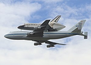Space Shuttle Discovery - Image: Discovery over Washington DC April 17 2012 National Mall last pass