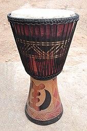 Tambour en bois décoré, en forme de diabolo
