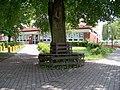 Dolní Chabry, Spořická 34, základní škola, lavička u stromu.jpg